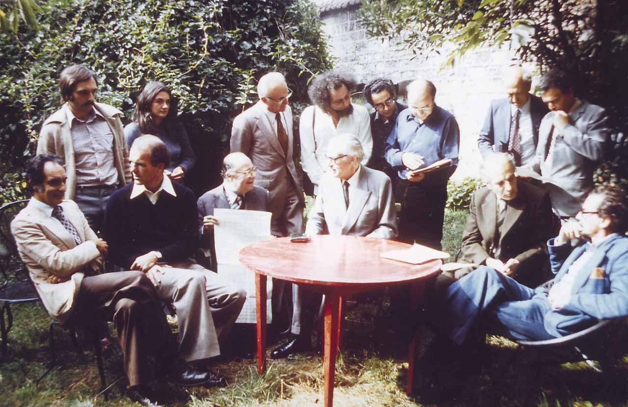 Meeting of the Oulipo in Boulogne, near Paris, on September 23, 1975, in the garden of François Le Lionnais. Italo Calvino is in the center with an open newspaper, at founder Raymond Queneau's right. (© Archives Pontigny-Cerisy)