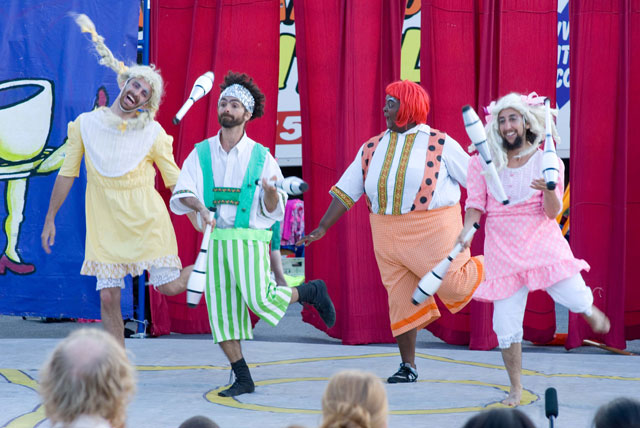 Circus Amok jugglers