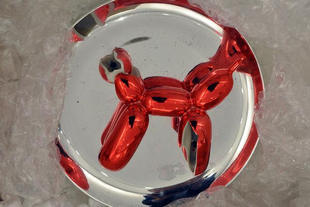 """Broken Jeff Koons sculpture at """"No Longer Art"""" (Image courtesy ccgsapp.org)"""