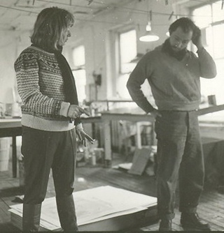 Eddie Johnson, untitled photo of Elaine de Kooning and Steve Poleskiein Chiron Press shop (1965). Courtesy of Steve Poleskie.