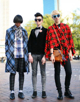 These Tel Aviv hipster are probably going to Frieze for the food. (via mytelavivblog.com)