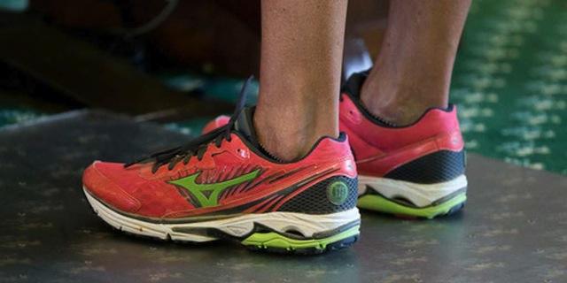 Wendy Davis's pink sneakers (via dailydot.com)