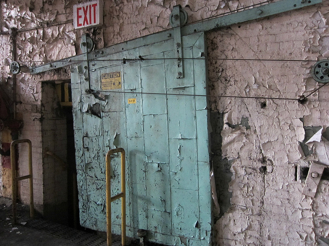 Decay in industrial Brooklyn (photograph by the author)