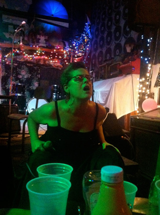 Jill Burton belting out her sounds (click to enlarge)