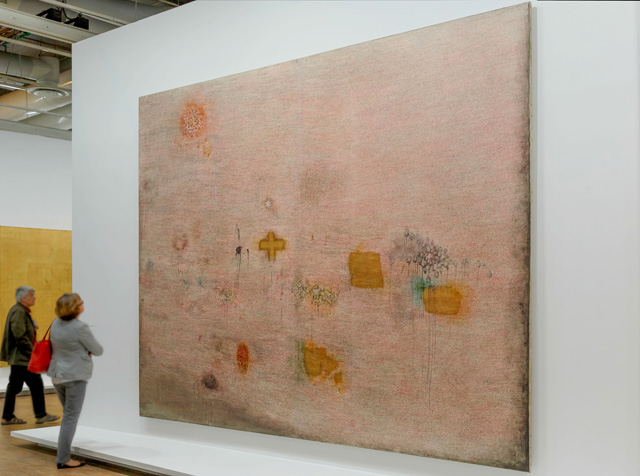 "Simon Hantai, ""Peinture (Ecriture rose)"" (1958–59), colored ink, gold leaf on linen, 129 ¾ x 167 1/8 in., at the Centre Pompidou, Musee National d'Art Moderne, Paris (photo: Francois Bisi)"