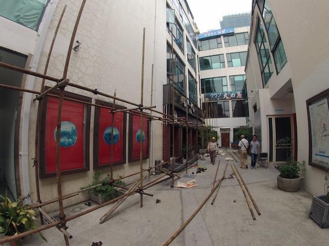 A courtyard view of Yuan Gong's studio building.