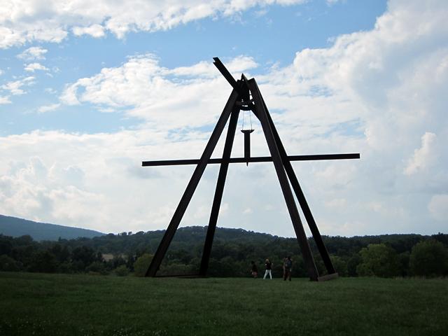"""Mark di Suvero's """"Pyramidian"""" (1987-1998)"""