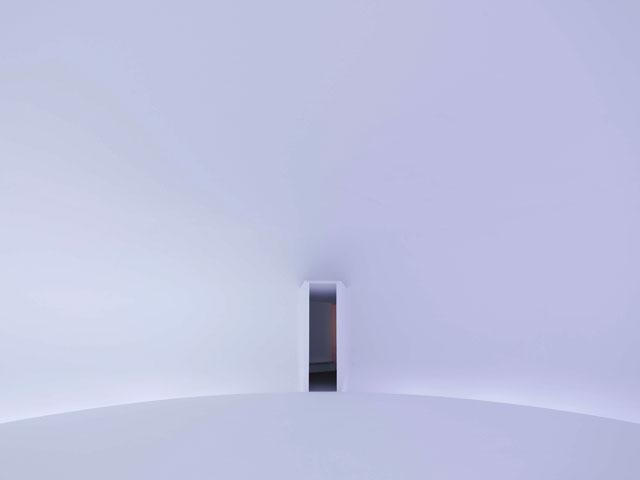 "Doug Wheeler, ""LC 71 NY DZ 13 DW"" (2013), reinforced fiberglass, flat white titanium dioxide latex, LED light, and DMX control, 771 x 811 3/8 x 219 in (1958.3 x 2060.9 x 556.3 cm) (photo by Tim Nighswander, Imaging4Art) (© 2014 Doug Wheeler) (courtesy David Zwirner, New York / London) (click to enlarge)"