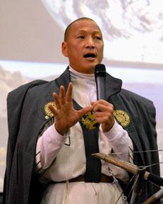 Eugene Tssui speaking in 2010 (via Wikimedia)