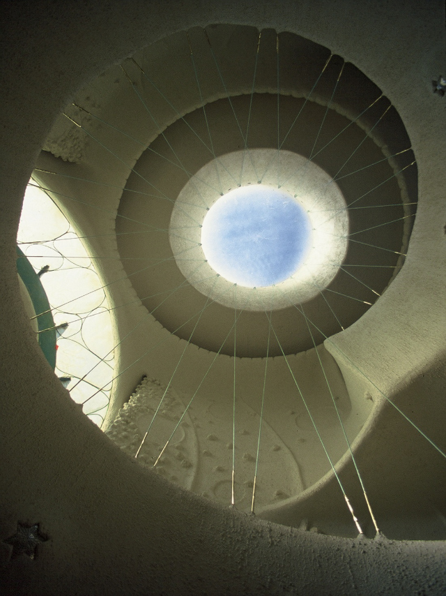 Ojo Del Sol interior, designed by Eugene Tssui, Berkeley, California, (photograph by Eugene Tssui)