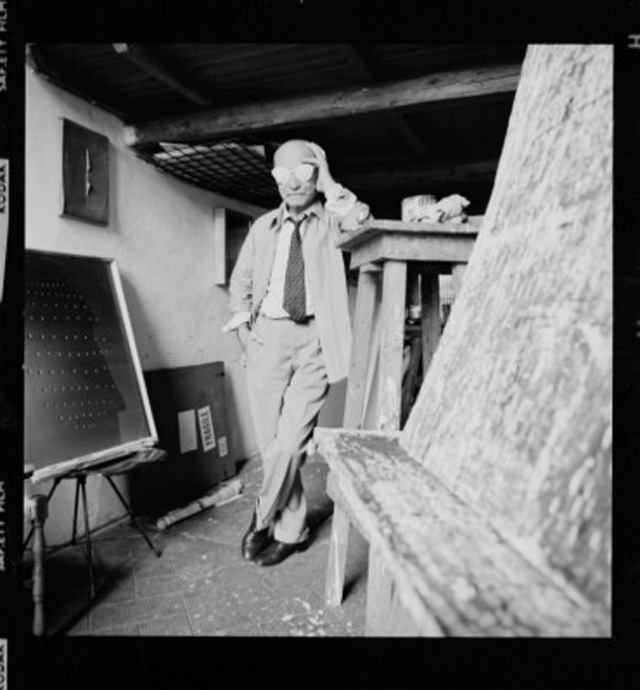 Lucio-Fontana-und-seine-spatiale-Brille-1965-Foto-Lothar-Wolleh-Dr-Oliver-Wolleh-Lucio-Fontana-Adagp-Paris