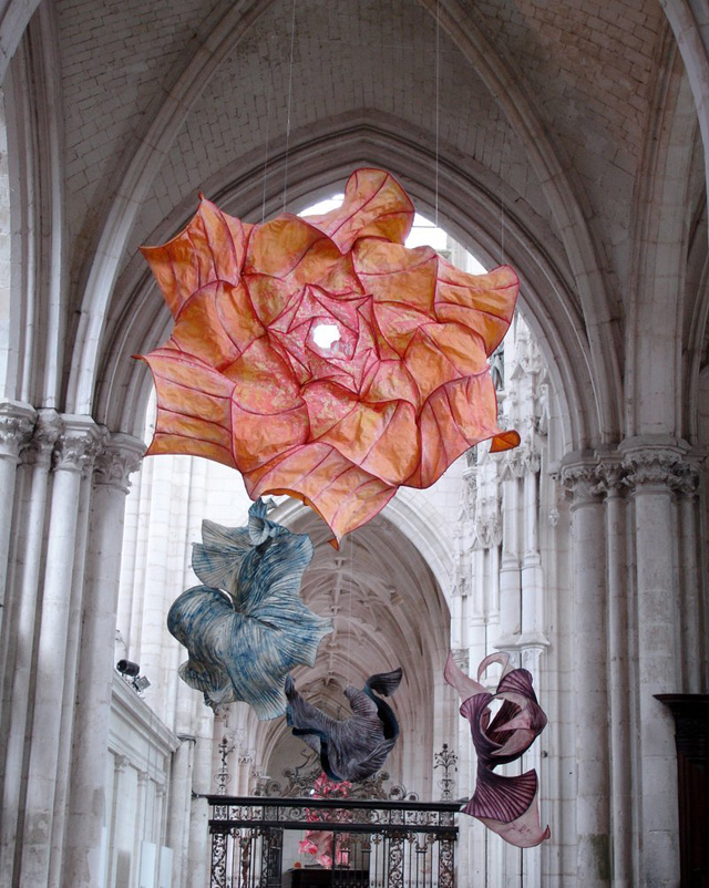 Delicate paper sculptures suspended in mid-air by Peter Gentenaar (blogged by Johnny Strategy at Colossal)