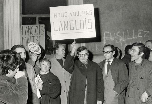 Auteur inconnu. Christiane Rochefort, Jean Rouch,  Chabrol, Godard et Henri Attal lors d'une manifestation de soutien Ö Langlois 11 fev 68