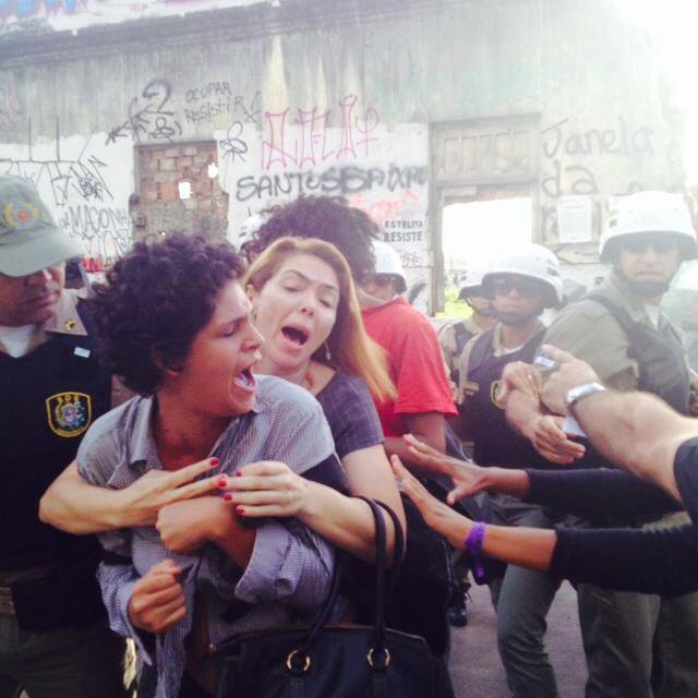 Clashes between #OcupeEstelita activists and the police in Recife, Brazil (photo by Leo Falcão, via Facebook)