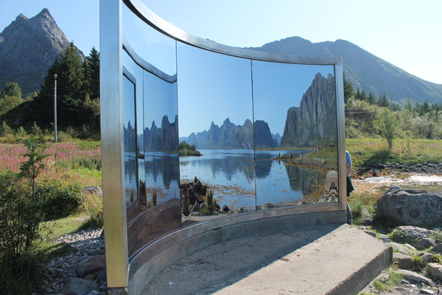 """Dan Graham, """"Untitled"""" (1994), two-way mirror construction and stainless steel, h: 250 cm, w: 300 cm"""