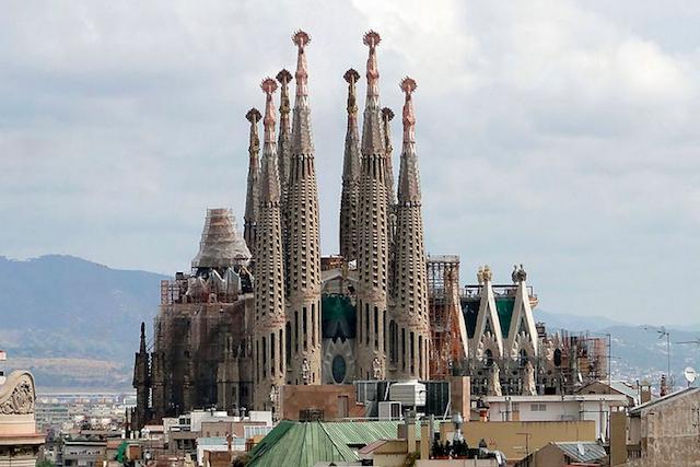 La Sagrada Familia in 2009, with cranes digitally removed. (image via Wikimedia)