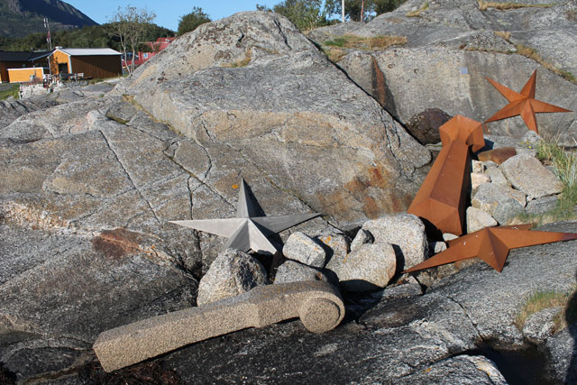 "Steinar Christensen,""Stella Maris"" (1994), stars made of marble, steel, and aluminum, violin stem of granite, and goblet of steel, length of violin neck: 204 cm, diameter of stars: 200 cm, height of goblet: 240 cm"