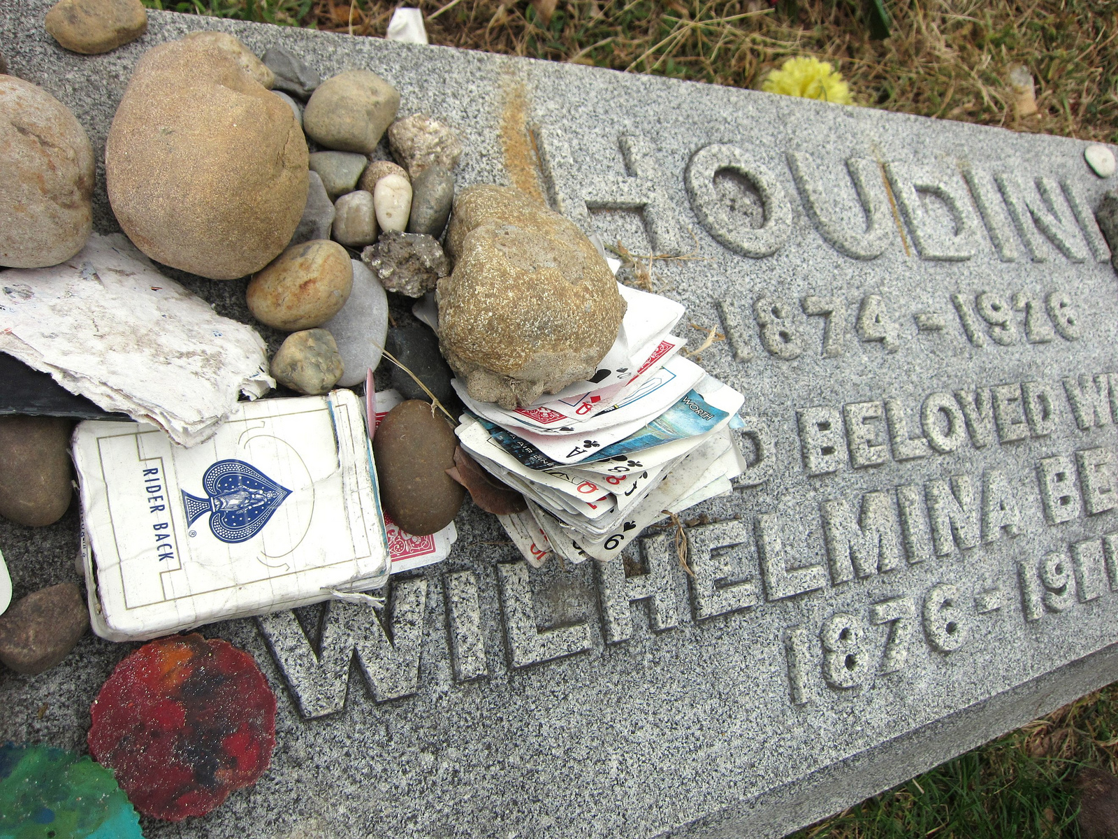 Houdini's grave in Machpelah Cemetery, Queens (all photographs by the author for Hyperallergic)
