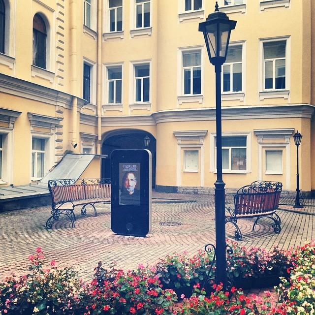 The Steve Jobs monument in Saint Petersburg (photo by romamirosha/Instagram)