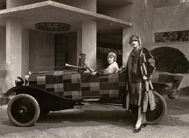 """""""Studio REP Modèles devant voiture simultanée"""" (1925)"""