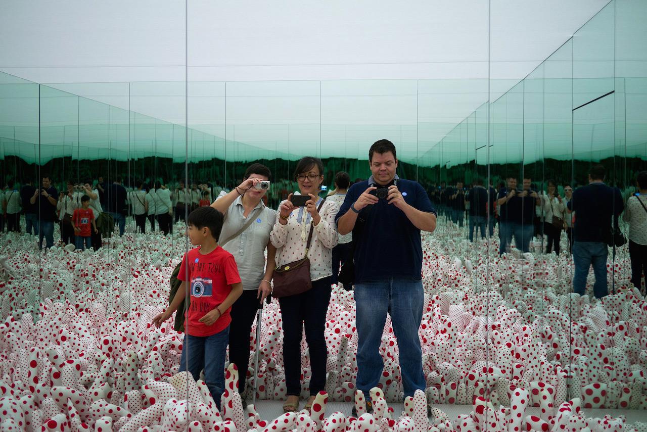 Visitors at the Museo Rufino Tamayo's Yayoi Kusama retrospective (photo by Christian Ramiro González Verón/Flickr)