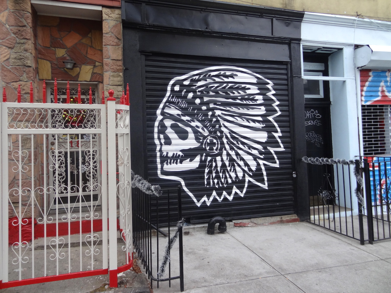 The exterior of Scumbags & Superstars on Wilson Avenue (photo by the author for Hyperallergic)