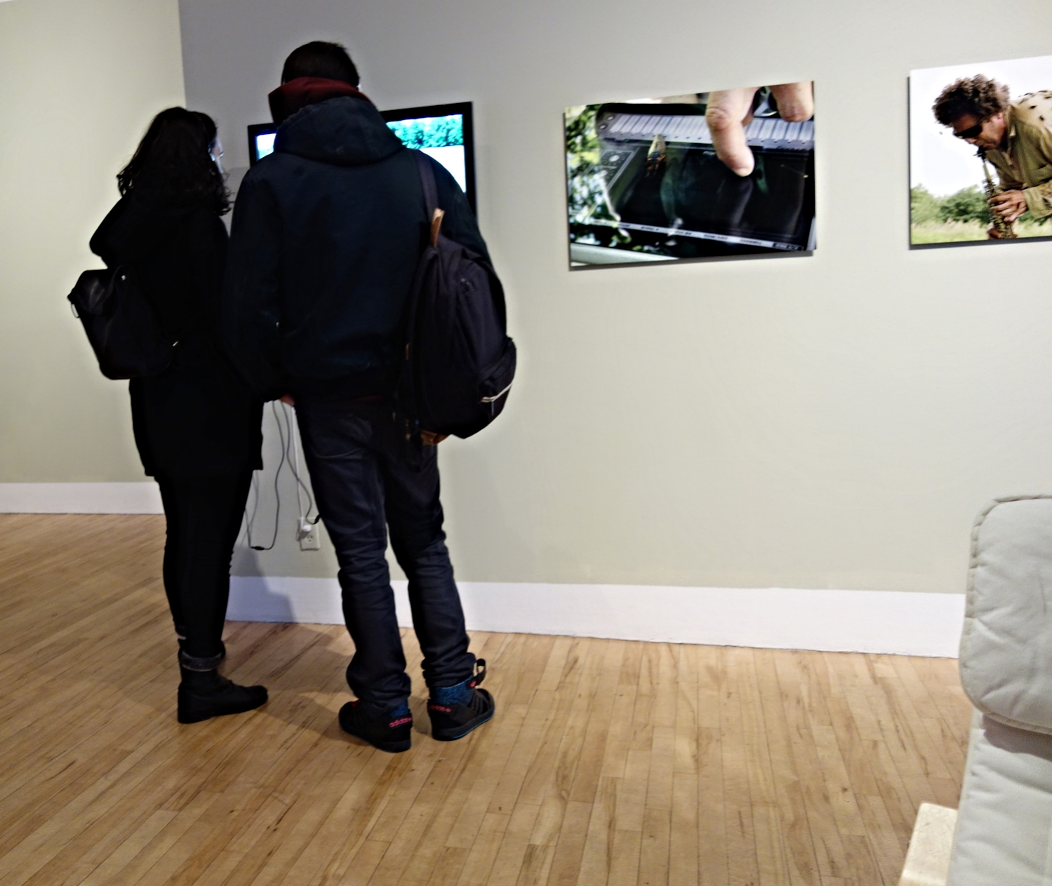 """Viewing """"Bug Music: David Rothenberg's Insect Choir"""" (2013) in 'FOOT NOTES' (photograph by the author for Hyperallergic)"""
