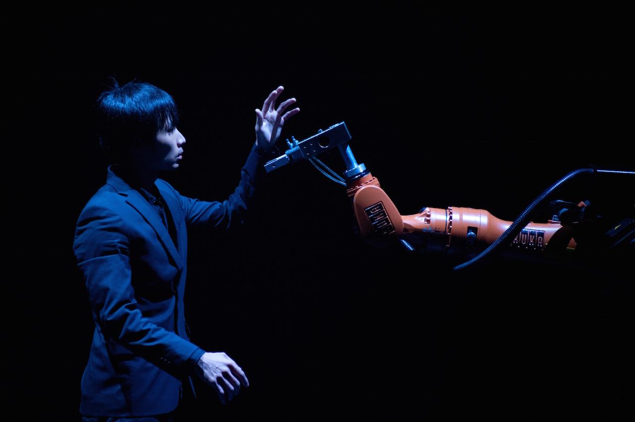 Huang Yi and KUKA the robot in 'Huang Yi & KUKA' at 3LD Art & Technology Center (photo by Summer Yen)
