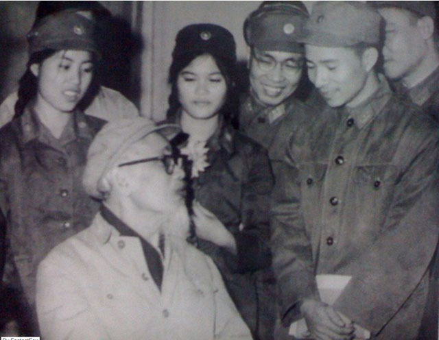 Artist Pham Thanh Tam discussing with Ho Chi Minh , art works on display at an exhibition celebrating an anniversary of the army in Hanoi on December 22, 1968