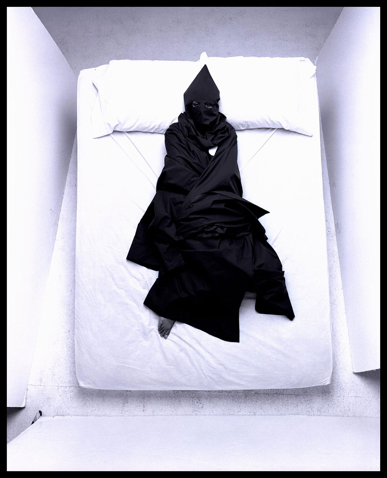 """Anthony Barboza (Kamoinge), """"Fear"""" (nd), from the series ,Black Dreams/White Sheets' (courtesy the artist) (click to enlarge)"""