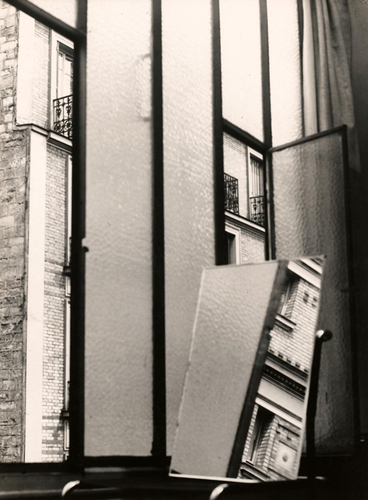"""Fenêtre"" (1929) gelatin silver print, 37 x 27 cm. Staatliche Museen zu Berlin, Kunstbibliothek. Florence Henri © Galleria Martini & Ronchetti (click to enlarge)"