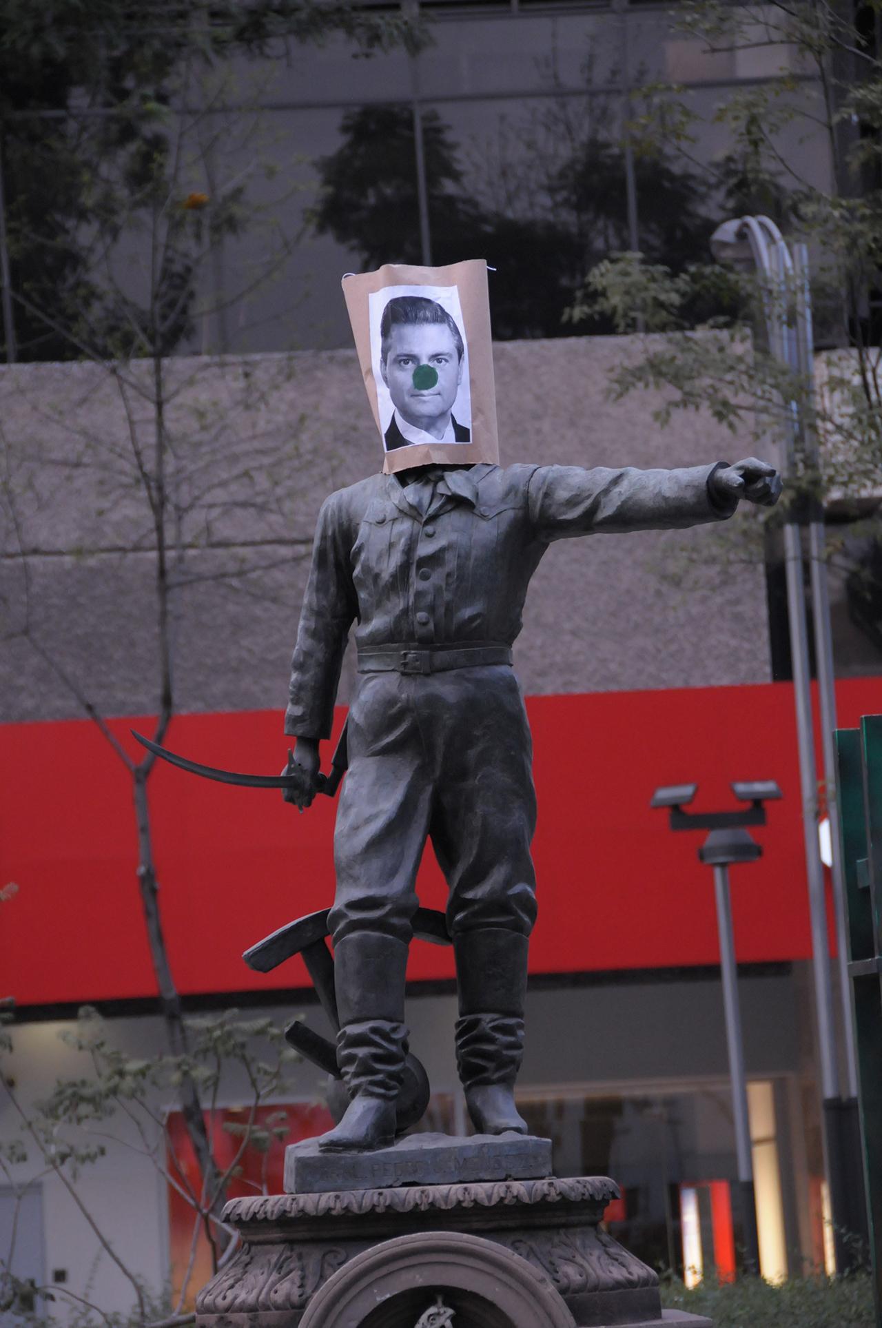 A sculpture along Reforma avenue bearing President Enrique Peña Nieto's likeness with a clown nose (click to enlarge)