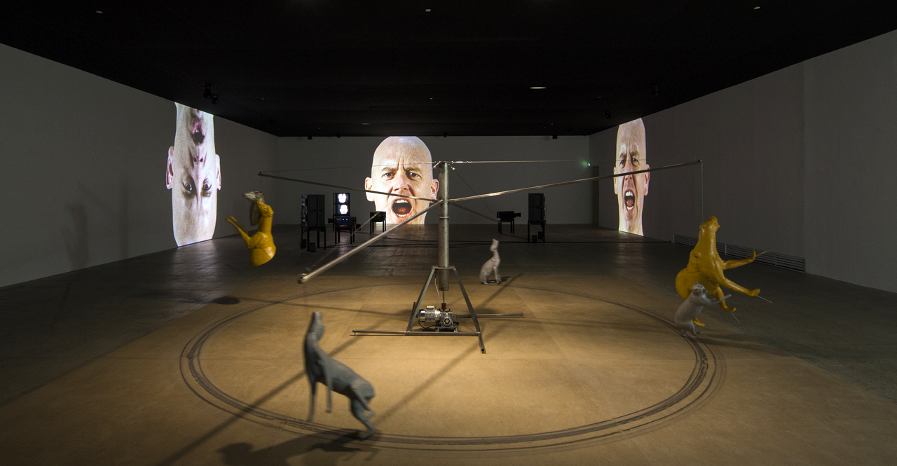 View of the exhibition Bruce Nauman, Fondation Cartier pour l'art contemporain, 2015. Visuel © Luc Boegly
