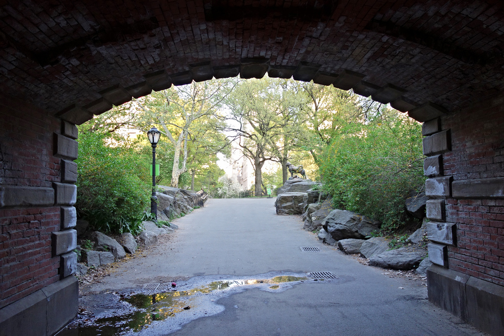 Willowdell Arch, with a view to the state of Balto the sled dog (photo by the author for Hyperallergic)