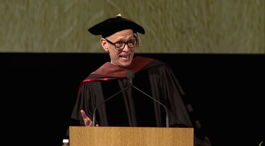 John Waters giving his 2015 commencement speech at Rhode Island School of Design (RISD) (screenshot by the author for Hyperallergic)