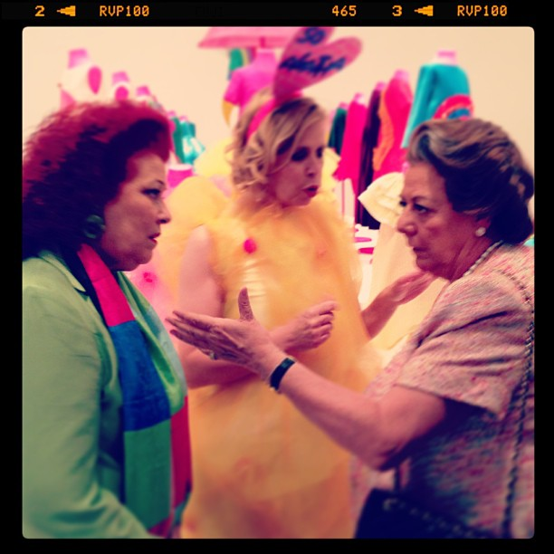 Former Institut Valencià d'Art Modern director Consuelo Ciscar (at left) speaking with politician Rita Barberá (at right) during the opening of 'Happy Little Girls' at IVAM in 2013. (photo by cri7cri7/Instagram)