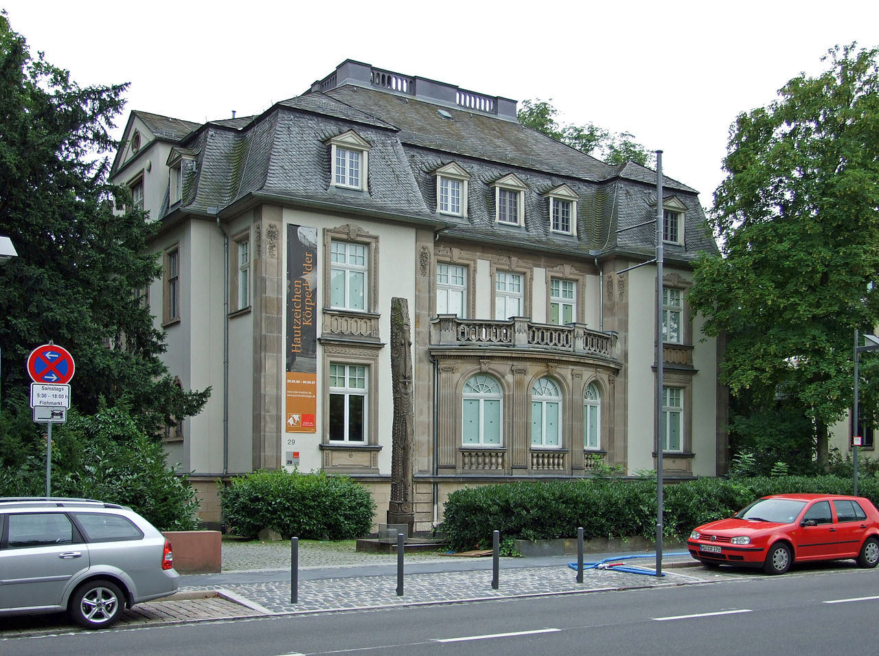 The exterior of the Weltkulturen Museum in Frankfurt, where Clémentine Deliss was the director from 2010 to 2015. (photo by dontworry, via Wikimedia Commons)