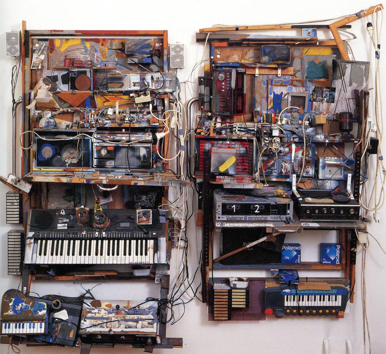 """""""Keller-Duo"""" (1980–1989) built with Bjoern Roth. Kisten mit Klappdeckeln, Trinkutensilien, Audiokassetten, Radiogeräten, Aufnahmegeräten, Lautsprechern, Öl, Acryl, Marker, Elektro-Klaviere, Violine, Kabel u.a.m. Dieter Roth, Foundation, Hamburg Foto: Florian Holzherr, © Dieter Roth Estate Courtesy Hauser & Wirth"""