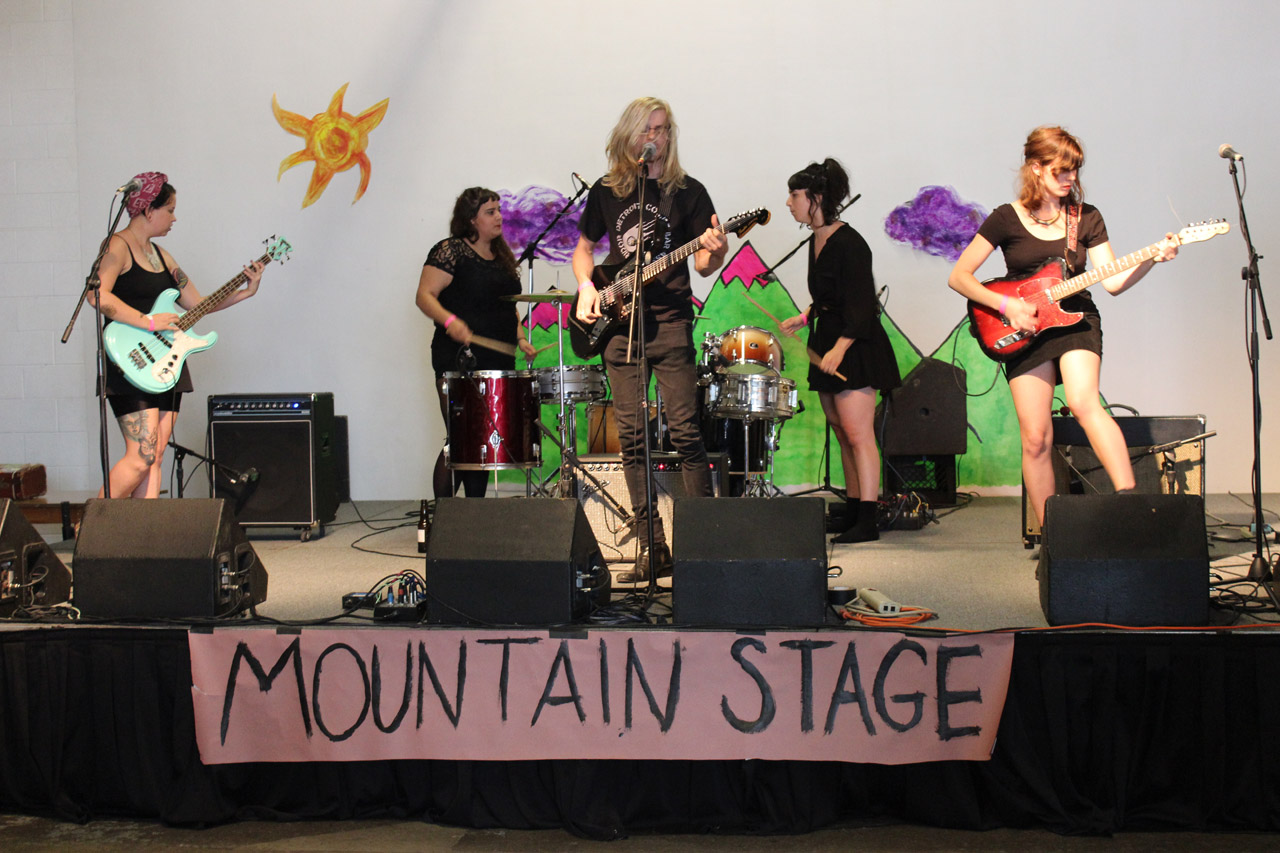 Primitiv Parts on the Mountain Stage, featuring a duo of female drummers.