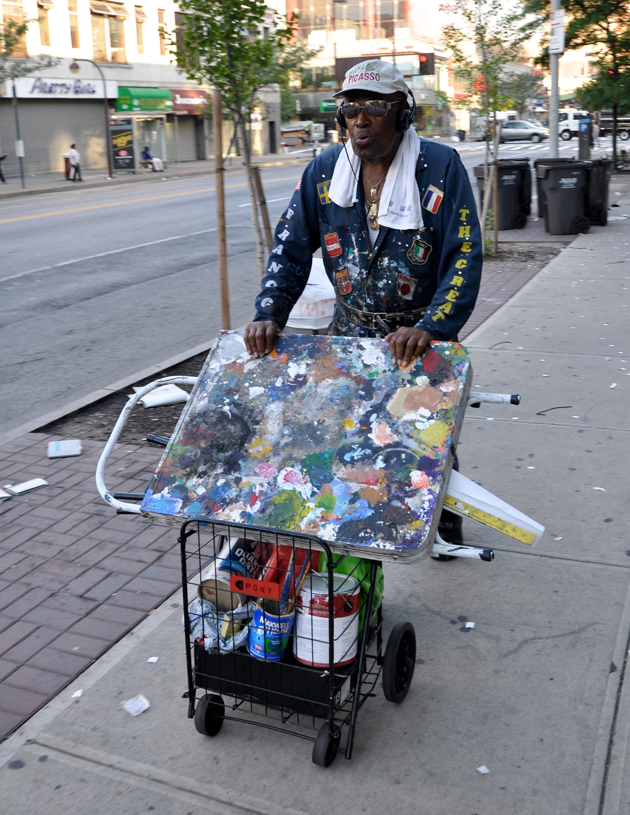 Franco the Great, aka the Picasso of Harlem, aka Franco Gaskin, on his way to work (photo by the author for Hyperallergic)