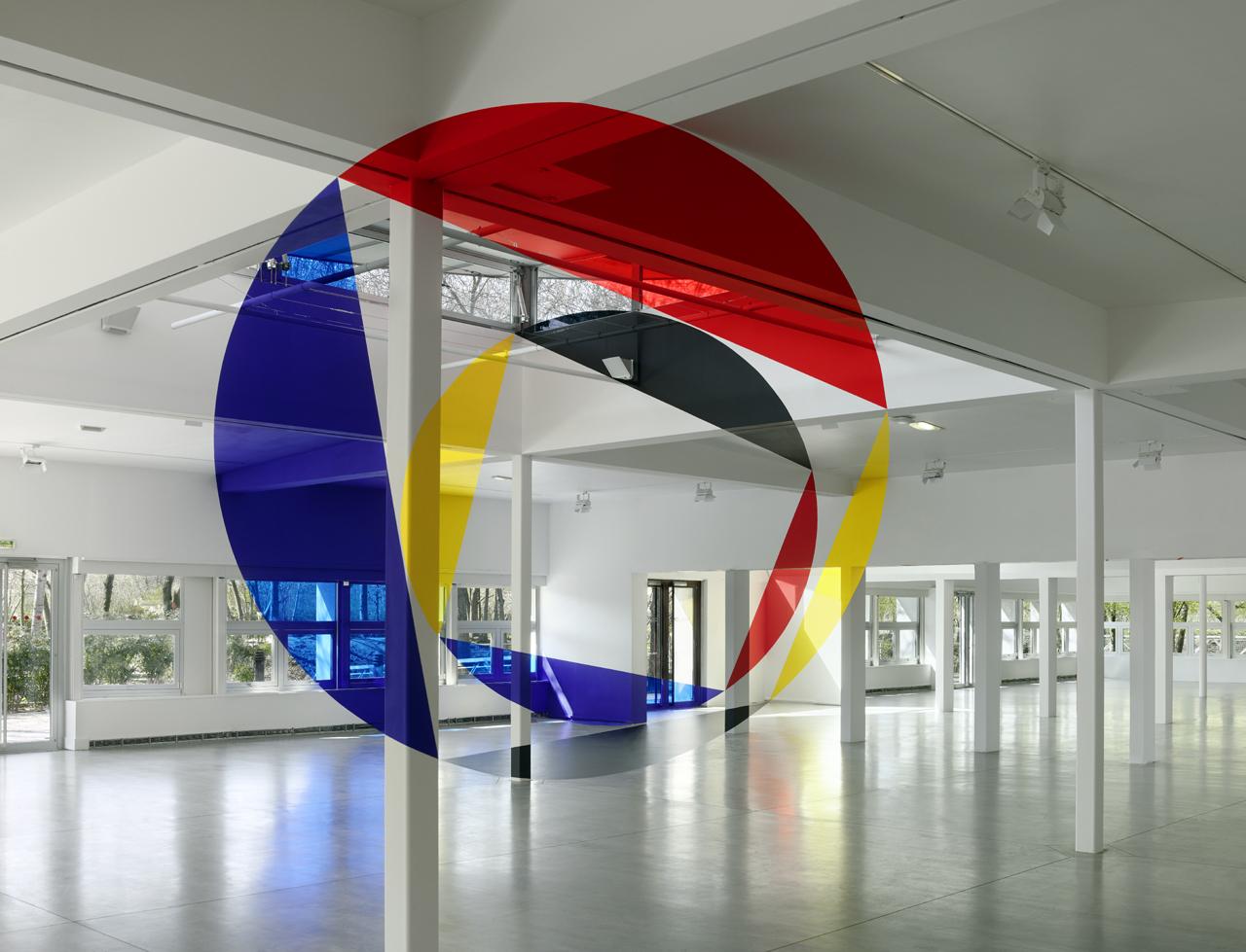 """""""Rouge jaune noir bleu entre les disques et les trapezes"""" (2015) front view, installed in 1,000 square meter building Pavillon Paul-Delouvrier"""