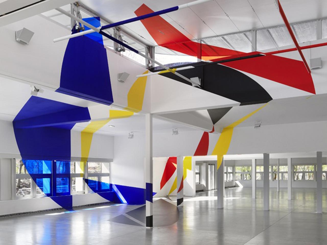 """""""Rouge jaune noir bleu entre les disques et les trapezes"""" (2015) side view, installed in 1,000 square meter building Pavillon Paul-Delouvrier"""