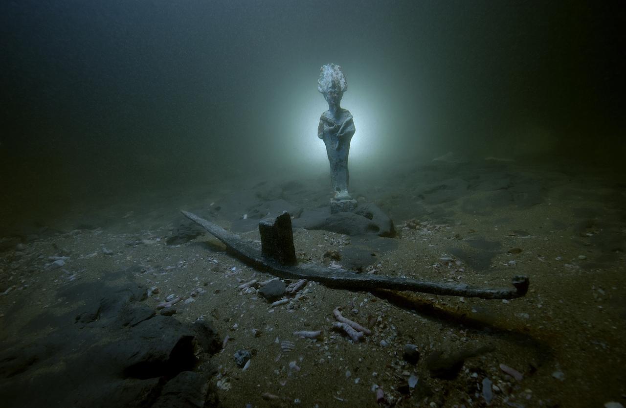 Bronze statues found at Thonis-Héracléion, Egypt (staged image) (© Franck Goddio/Hilti Foundation, photo by Christoph Gerigk)