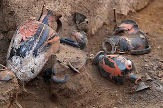 Vases found at the tomb (Image via Pompeii Ercolano Stabia)