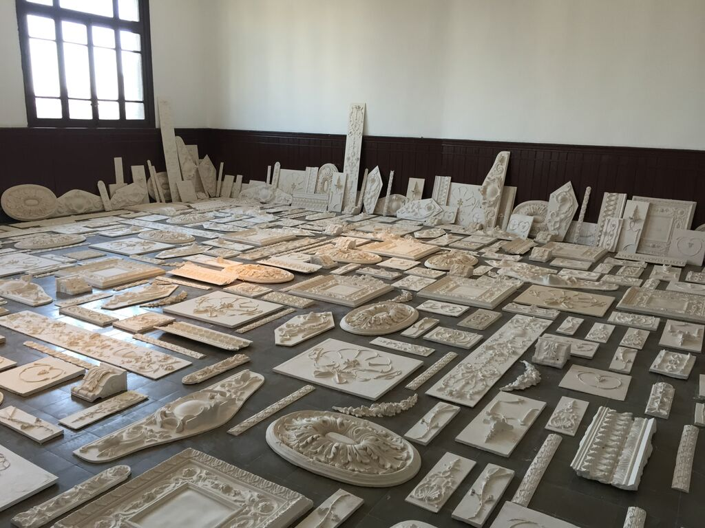 """A room with architectural moldings in Michael Rakowitz's """"The Flesh is Yours, The Bones are Ours"""" at Galata Greek Primary School (all photos by the author for Hyperallergic unless otherwise noted)"""