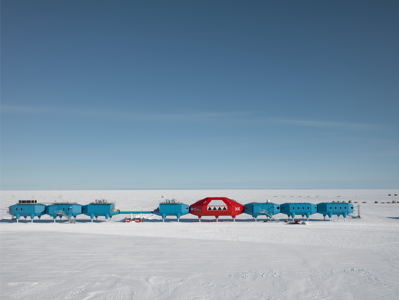 Halley VI with science modules to the left, the red social module in the centre and habitat modules to the right. (© James Morris)