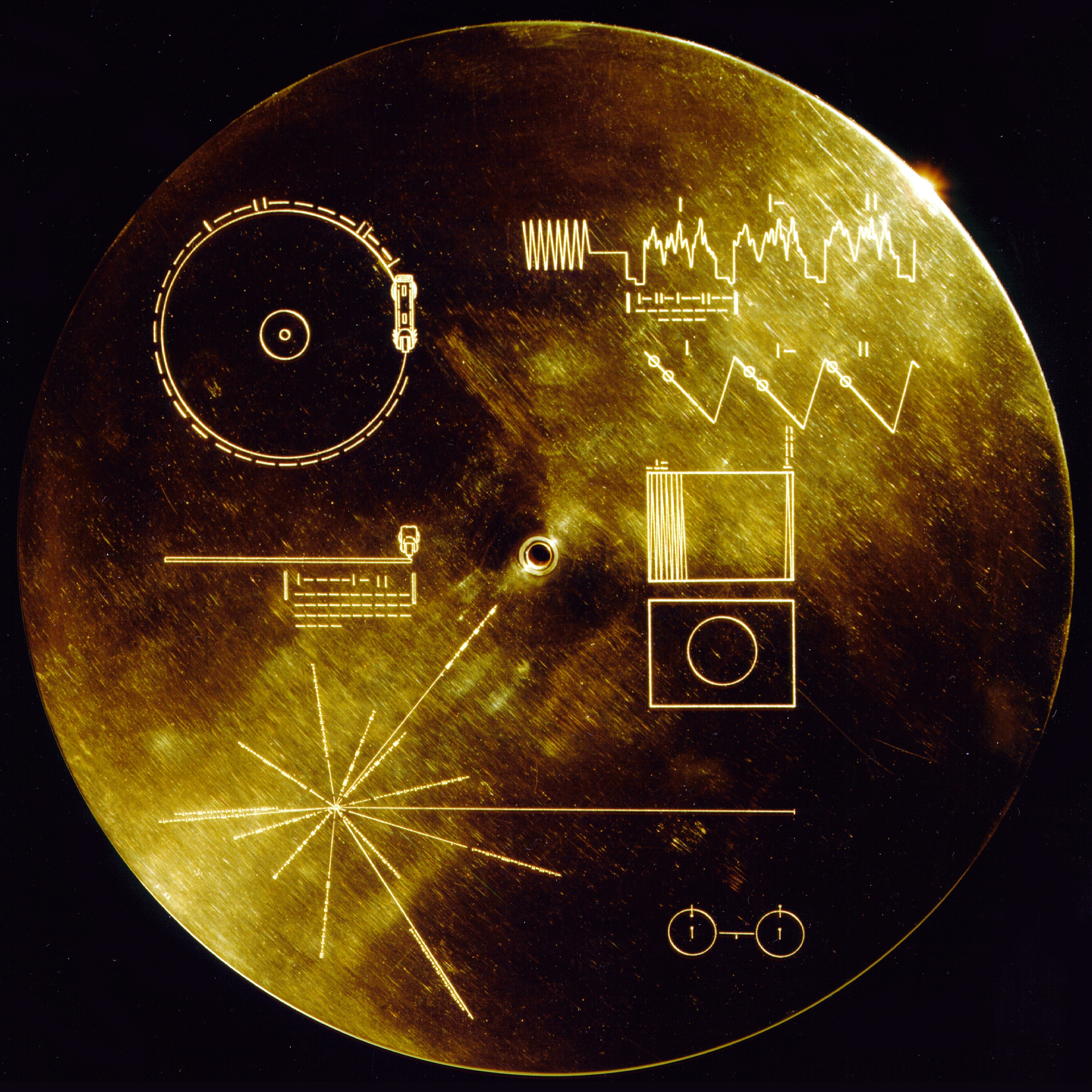 """The cover of the Golden Record. This gold aluminium cover was designed to protect the Voyager 1 and 2 """"Sounds of Earth"""" gold-plated records from micrometeorite bombardment, but also serves a double purpose in providing the finder a key to playing the record. By NASA/JPL [Public domain], via Wikimedia Commons"""