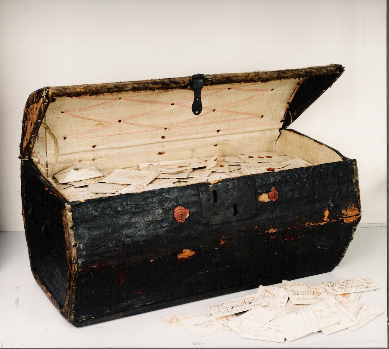 The trunk in which the undelivered letters and postmaster's administration were kept. (© Signed, Sealed & Undelivered Team, 2015. Courtesy of the Museum voor Communicatie, The Hague, The Netherlands)