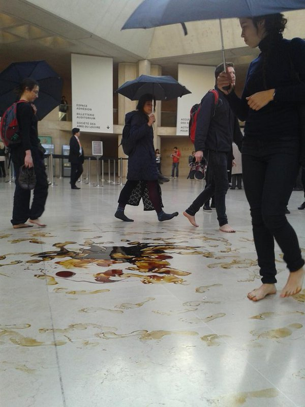 Activists performing inside the Louvre (photo by Clara Paillard)