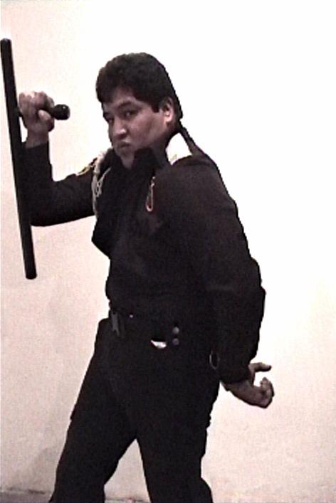 "Yoshua Okón, ""Poli IV,"" Oríllese a la Orilla, (1999–2000), video still. (image courtesy the artist)"
